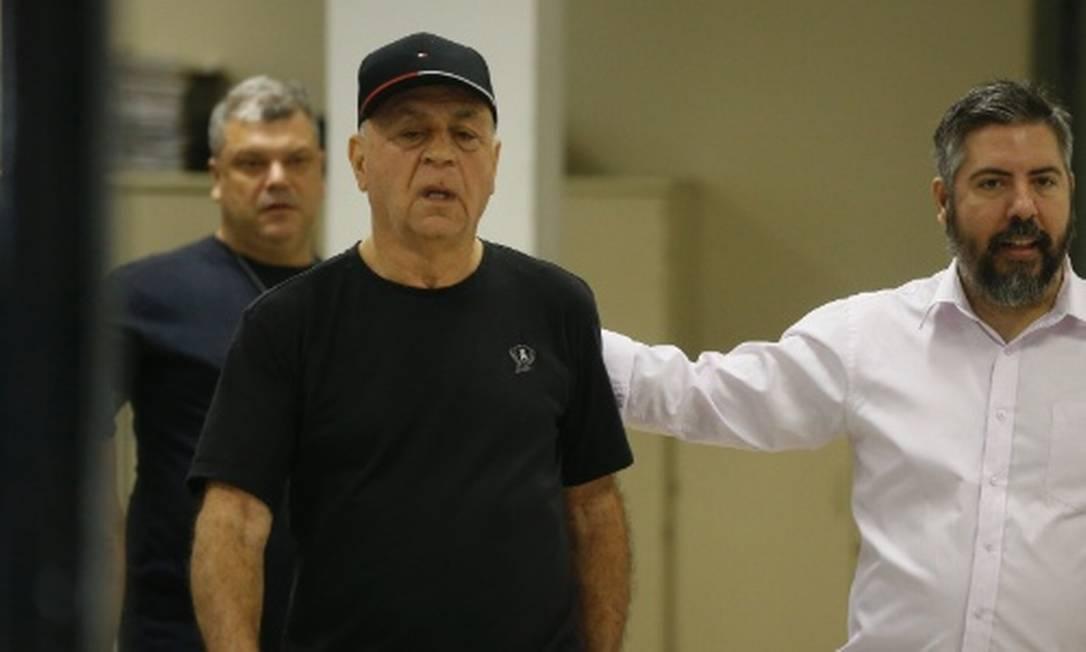 Carlos Moraes (de boné): prefeito deixou a cadeia, mas está proibido de entrar na prefeitura de Japeri Foto: Pablo Jacob / Agência O Globo