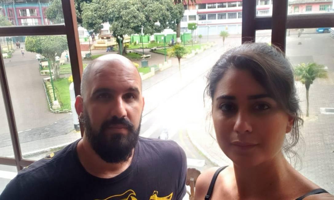 A funcionária pública Márcia Adriana e o marido Bruno na janela do hotel em que estão na cidade turística equatoriana de Baños: com a greve geral, confrontos e bloqueios nas estradas, eles temem não conseguir pegar o voo de volta para o Brasil Foto: / Arquivo pessoal