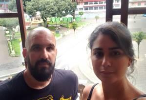 A funcionária pública Márcia Adriana e o marido Bruno na janela do hotel em que estão na cidade turística equatoriana de Baños: com a greve geral, confrontos e bloqueios nas estradas, eles temem não conseguir pegar o voo de volta para o Brasil Foto: Arquivo pessoal