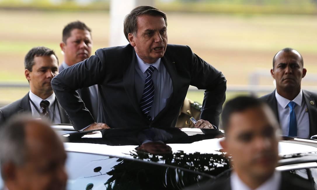 Presidente Jair Bolsonaro fala com seus admiradores na saída do Palácio da Alvorada Foto: Jorge William / Agência O Globo