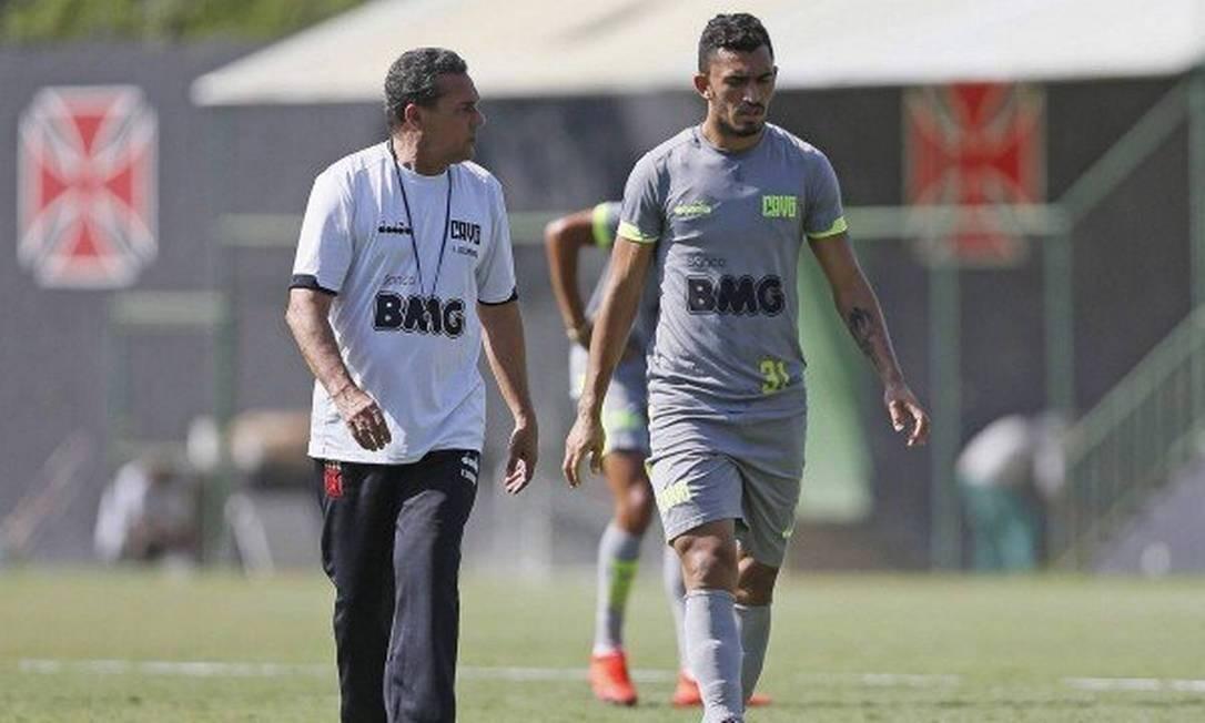 Raul ao lado do treinador Vanderlei Luxemburgo no CT do Almirante Foto: Rafael Ribeiro/Vasco