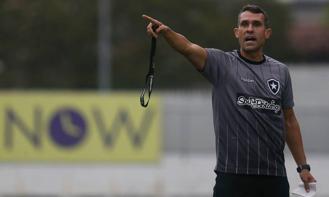 O técnico interino Bruno Lazaroni dirige o Botafogo contra o Goiás Foto: Vitor Silva/Botafogo