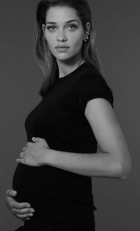 """Em setembro, a top mineira Ana Beatriz Barros postou um clique minimalista para anunciar a segunda gravidez: """"Número 2 a caminho"""" Foto: Rene Habermacher"""