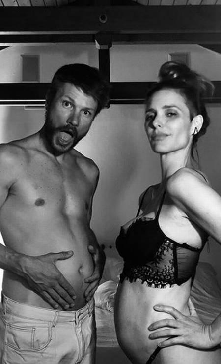 """Ao lado do marido, o apresentador Rodrigo Hilbert, Fernanda Lima anunciou a gravidez com post divertido no Instagram. """"Grávidos e felizes!"""" Foto: Reprodução/Instagram"""