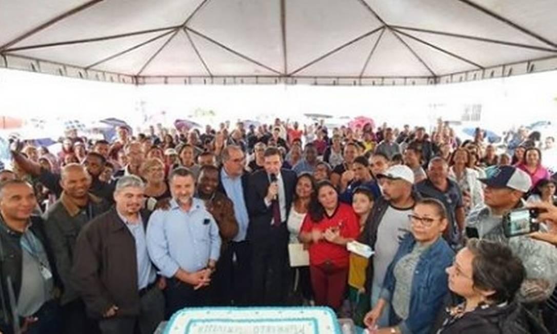 A foto mostra cerca de 100 pessoas, inclusive o secretário de Infraestrutura e Urbanismo, Sebastião Bruno (de camisa azul) Foto: Instagram / Reprodução