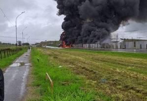 O fogo no local da batida Foto: Redes sociais / Reprodução
