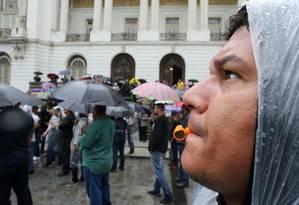Chuva não espantou manifestantes de protesto de motoristas de aplicativos na Cinelândia Foto: Guilherme Pinto / Agência O Globo