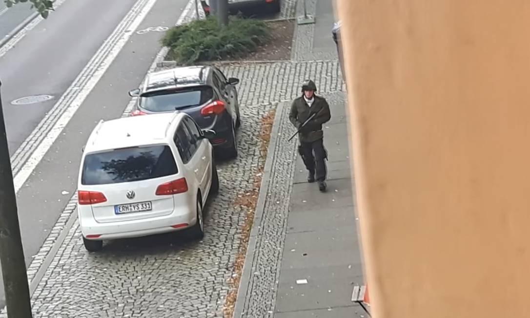 Nas imagens de um vídeo de um cinegrafista amador, o criminosotambém teria jogado uma granada no cemitério anexo à sinagoga Foto: REUTERS TV / REUTERS