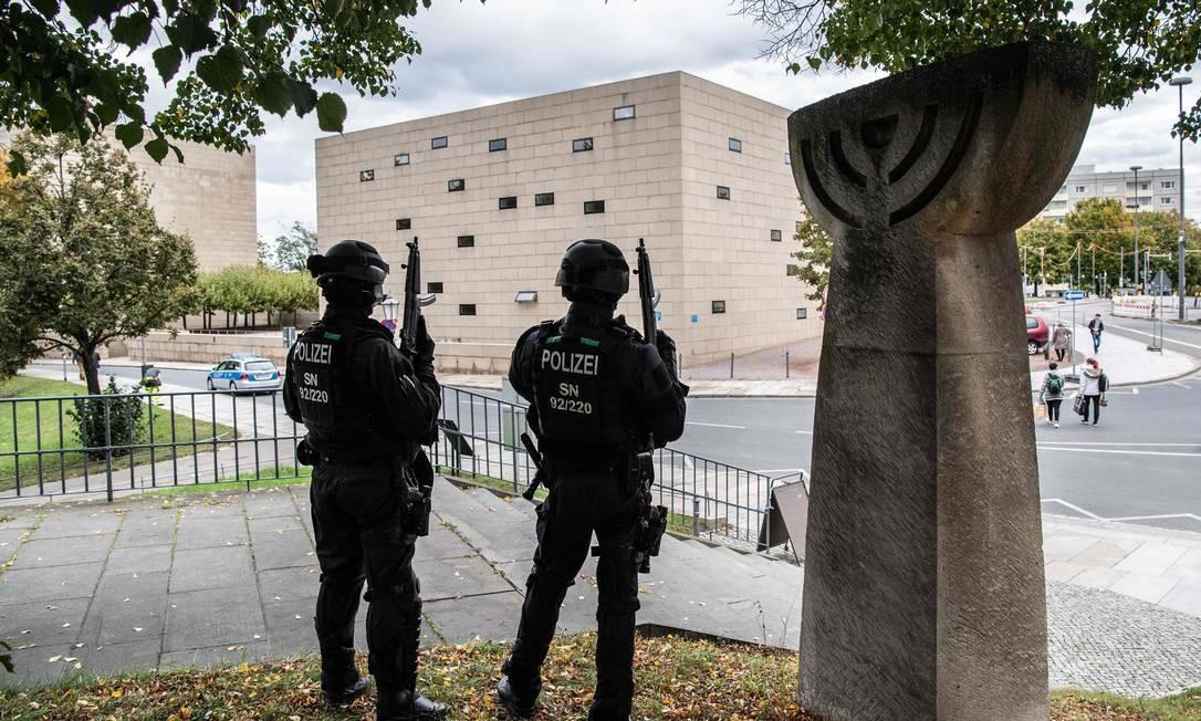Como medida de segurança policiais montam guarda no entorno de um memorial em comemoração aos pogroms da Noite de Cristal de 1938, perto de sinagoga em Dresden, leste da Alemanha Foto: ROBERT MICHAEL / AFP