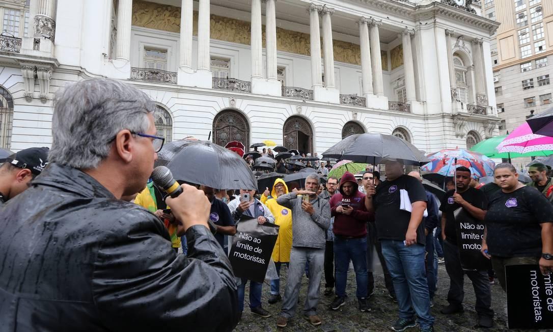 Manifestantes reunidos sob a chuva na Cinelândia nesta quarta-feira Foto: Guilherme Pinto / Agência O Globo