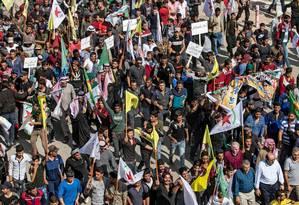 Manifestantes curdos participam de protesto contra as ameaças do governo da Turquia na cidade de Ras al-Ain, na Síria Foto: DELIL SOULEIMAN / AFP