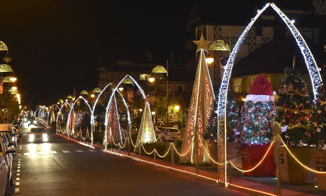 À noite, a decoração natalina da Avenida Borges de Medeiro, no centro de Gramado, fica ainda mais bonita Foto: Cleiton Thiele / SerraPress / Divulgação