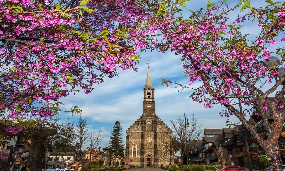Feita de pedra, a Igreja Matriz de São Pedro, no centro de Gramado, é um dos cartões-postais da cidade na Serra Gaúcha Foto: Cleiton Thiele / Divulgação