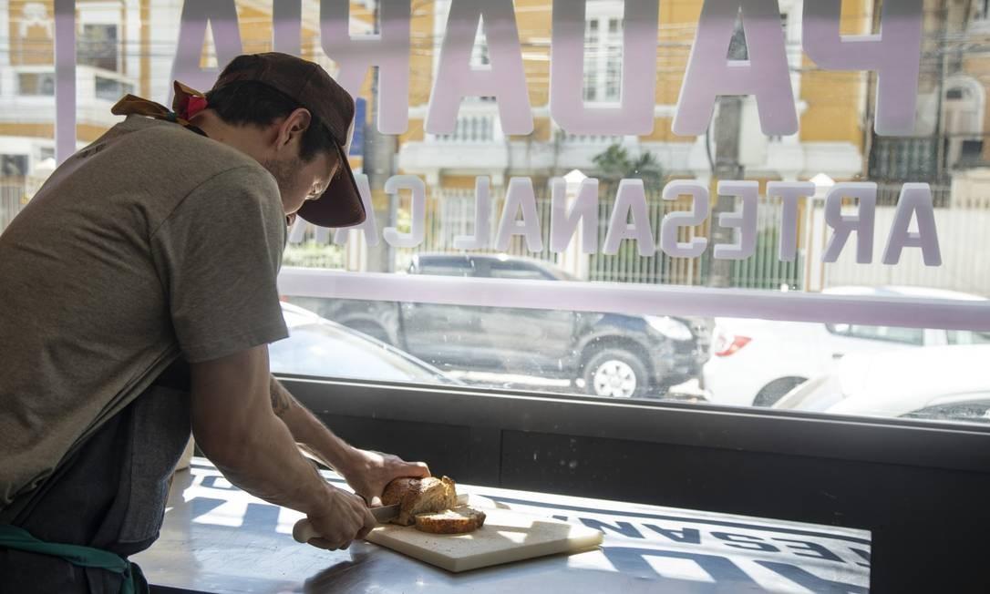 Na nova fachada da The Slow Bakery, janelão de vidro para ver toda a produção Foto: Ana Branco / Agência O Globo