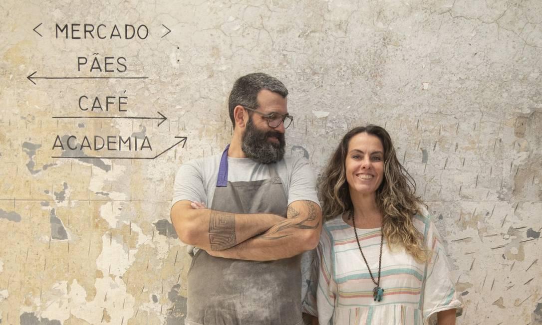 Rafa Brito Pereira e Lud Espíndola na nova Slow Bakery, que tem padaria espaçosa e aberta para o salão, mais lugares, espaço para aulas, mercado, balcão para o café e muito mais Foto: Ana Branco / Agência O Globo