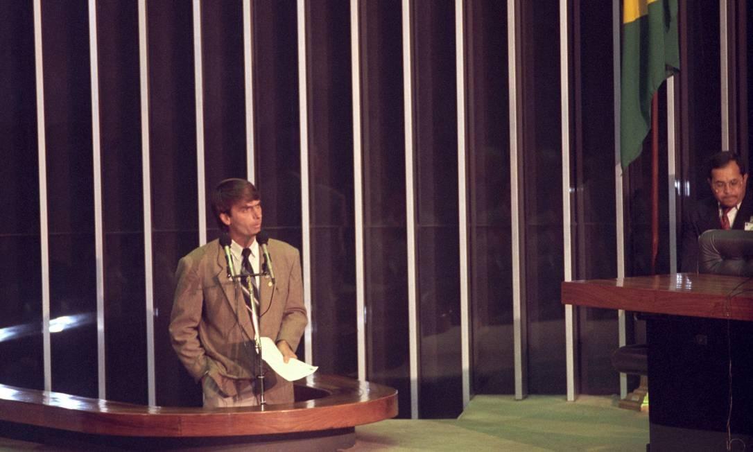 Bolsonaro discursa no plenário da Câmara Federal, em 1993. Neste mesmo ano, trocou PDC pelo Partido Progressista (PP), onde teve uma breve passagem, filiando-se em seguida ao Partido Progressista Reformador (PPR) Foto: Gustavo Miranda / Agência O Globo / 05/10/1993