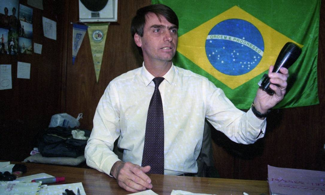O então deputado federal Jair Bolsonaro, em seu gabinete na Câmara, em 1995, quando mudou para o Partido Progressita Brasileiro (PPB), onde ficou até 2003. Foto: Ailton de Freitas / Agência O Globo / 04/07/1995