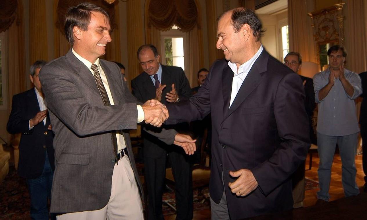 Em dezembro de 2004, Bolsonaro, então do Partido Trabalhista Brasileiro (PTB), cumprimenta o prefeito do Rio, César Maia, que acompanhado das principais lideranças do Partido da Frente Liberal (PFL), o atual Democratas (DEM), oficializa o ingresso do parlamentar e seus filhos, Flávio e Carlos Bolsonaro, no partido Foto: Divulgação