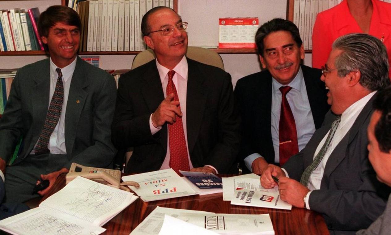 Bolsonaro, então deputado, ao lado de Paulo Maluf, presidente do PPB, em 1998, durante reunião executiva do partido Foto: Gustavo Miranda / Agência O Globo
