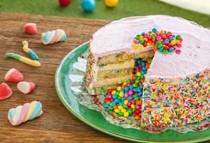 Em outubro, a Lecadô (2431-8182) oferece a Torta Dia das Crianças, (R$ 49,90) com massa de baunilha, recheio de brigadeiro branco e confeitos de chocolate Foto: Lecadô / Divulgação