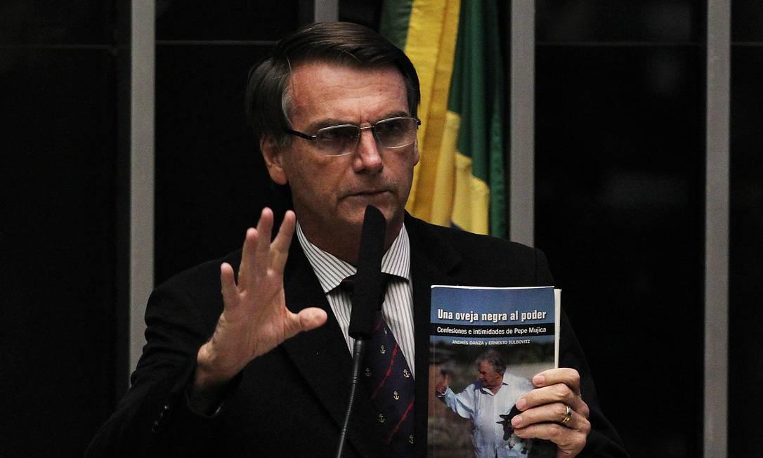Em 2016, Jair Bolsonaro no plenário da Câmara Federal durante a sessão que decidiu o impeachment da presidente Dilma Rousseff. Naquele ano, Bolsonaro filiou-se ao Partido Social Cristão (PSC), onde permaneceu até 2018 Foto: Jorge William / Agência O Globo / 15/04/2016