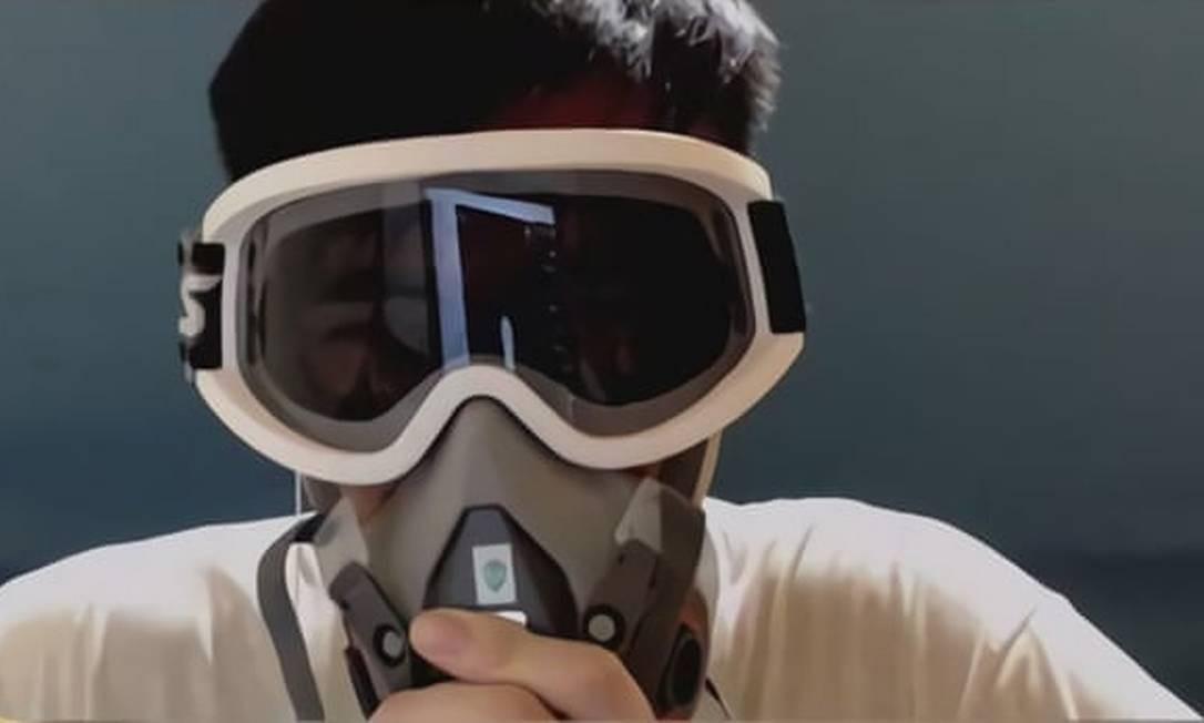 Blitzchung participou de uma entrevista ao vivo com máscara de gás para demonstrar apoio aos protestos em Hong Kong Foto: Reprodução