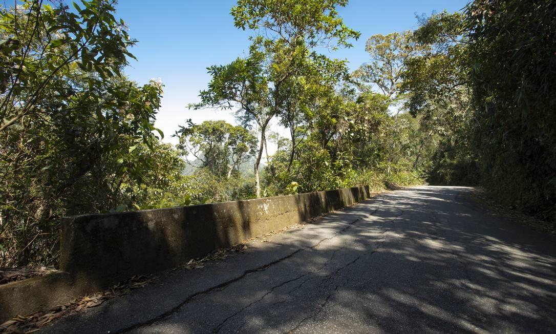 Asfalto com rachadura visível na Estrada do Sumaré Foto: Ana Branco / Agência O Globo