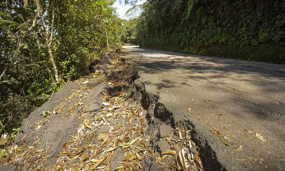 Falta de acostamento na Estrada do Sumaré Foto: Ana Branco / Agência O Globo