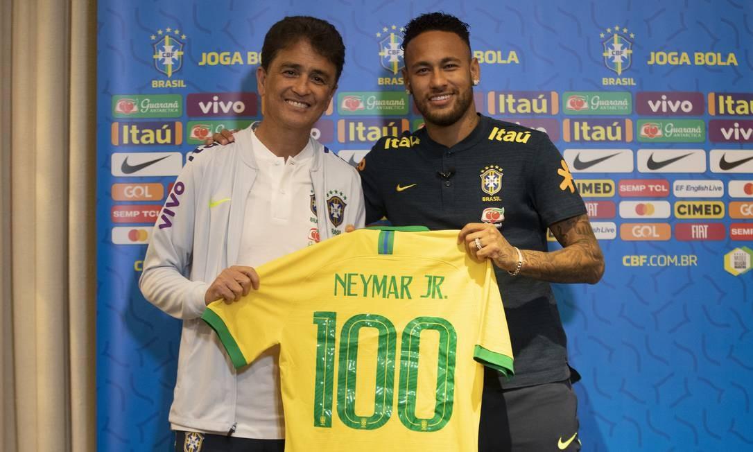 Neymar recebe camisa comemorativa pelo centésimo jogo na seleção Foto: Lucas Figueiredo/CBF