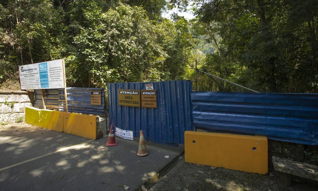 Trecho da Estrada Dona Castorina está interditado para pedestres e veículos Foto: Ana Branco / Agência O Globo