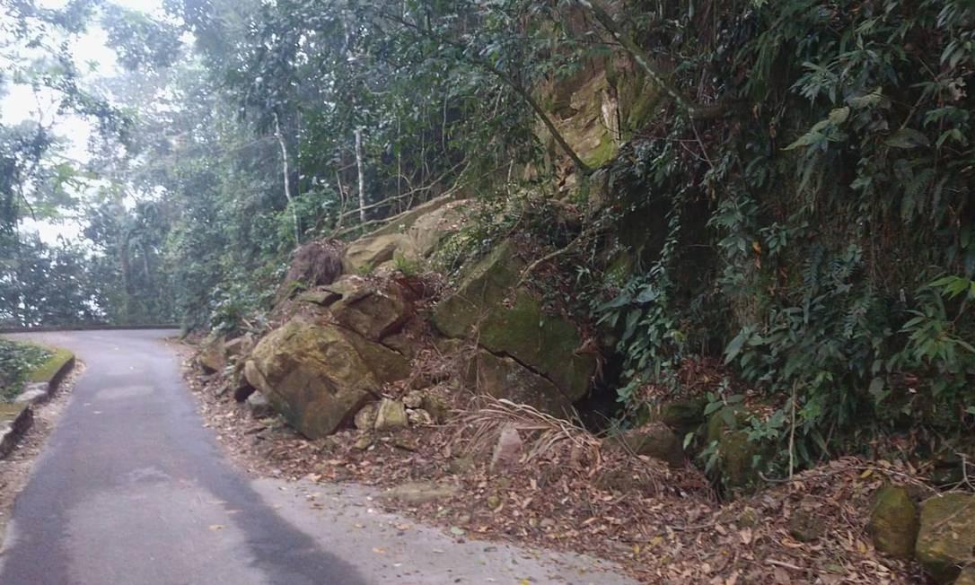 Pedras que rolaram em abril na Estrada do Redentor só foram retiradas mês passado Foto: Foto do ciclista Miguel Lasalvia