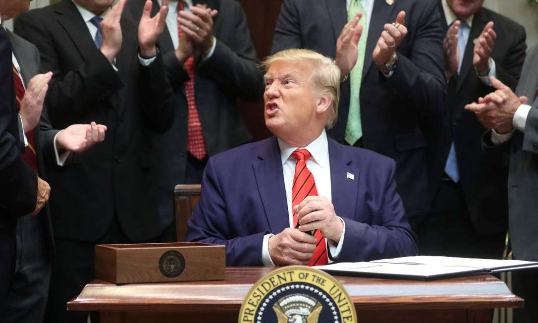 Donald Trump guarda sua caneta após assinar decretos em evento nesta quarta na Casa Branca: presidente americano agora pede que identidade de denunciante seja exposta Foto: JONATHAN ERNST/REUTERS