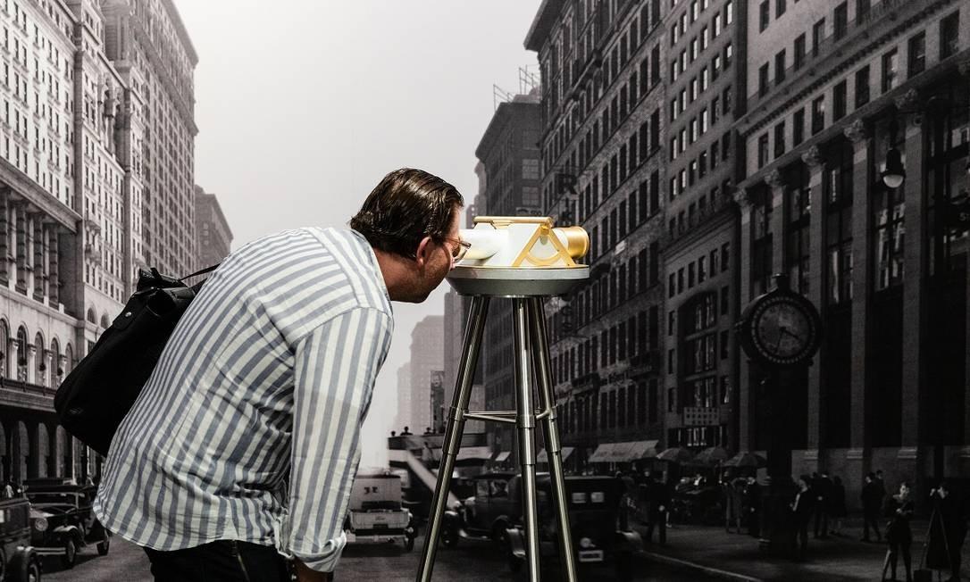 Visitante usa um dispositivo interativo em frente a uma foto antiga de Nova York, na nova área de visitação do Empire State Building Foto: Mark Wickens / The New York Times