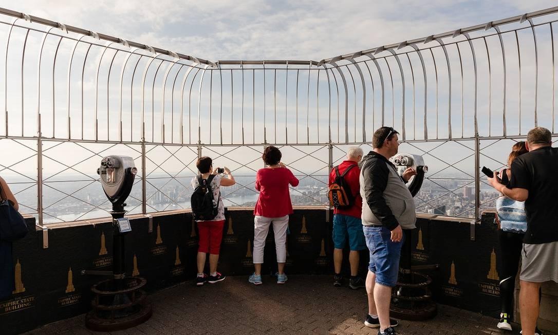 Visitantes no deque no 86º andar do Empire State Building Foto: Mark Wickens / The New York Times
