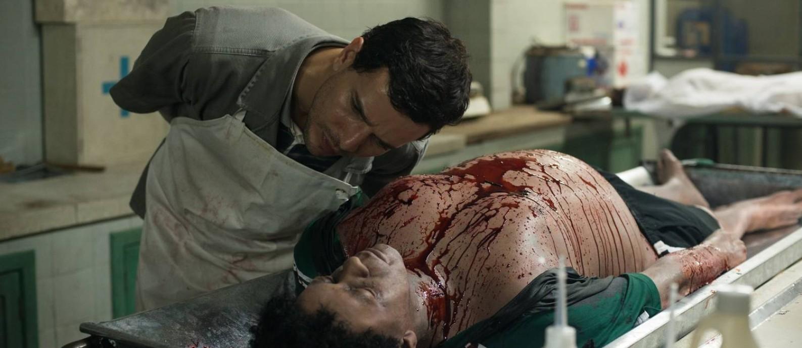 Em 'Morto não fala', Stênio (Daniel de Oliveira) trabalha no necrotério de uma cidade grande e violenta Foto: Divulgação