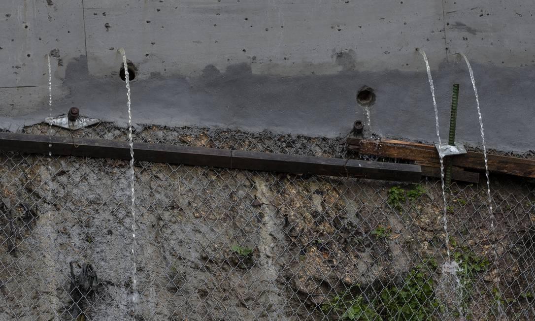 De acordo com moradores, a medida de prevenção tem sido adotada em todos os dias de chuva desde a interdição da via por ordem da Justiça Foto: Alexandre Cassiano / Agência O Globo