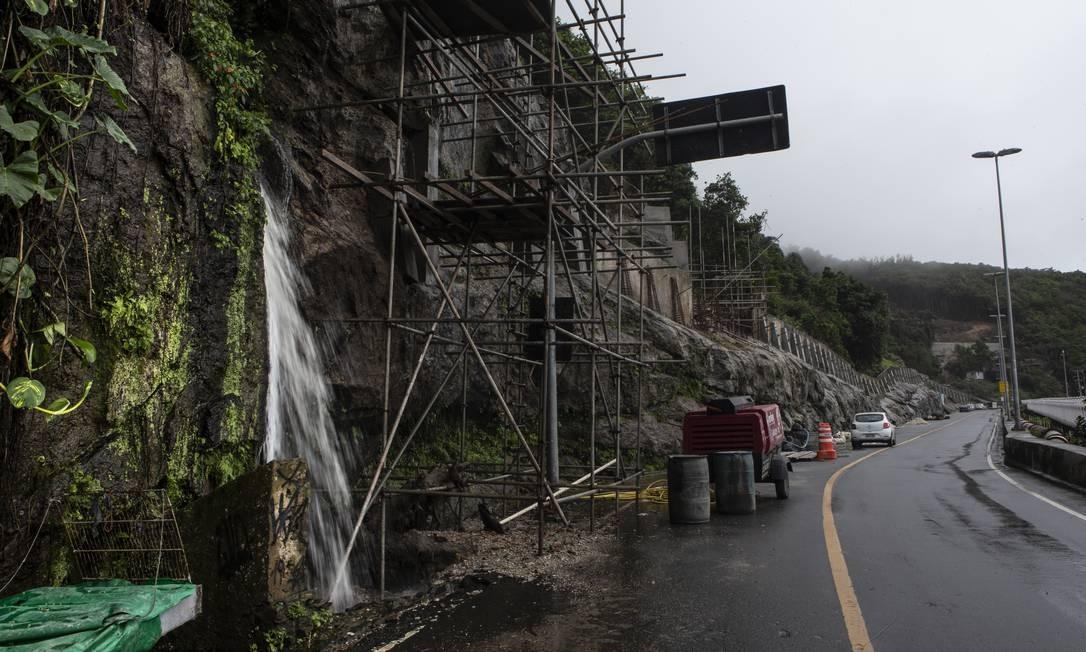 Entre 10h e 11h, era possível sair do Vidigal pela Niemeyer, mas a entrada na favela pela via não era permitida Foto: Alexandre Cassiano / Agência O Globo