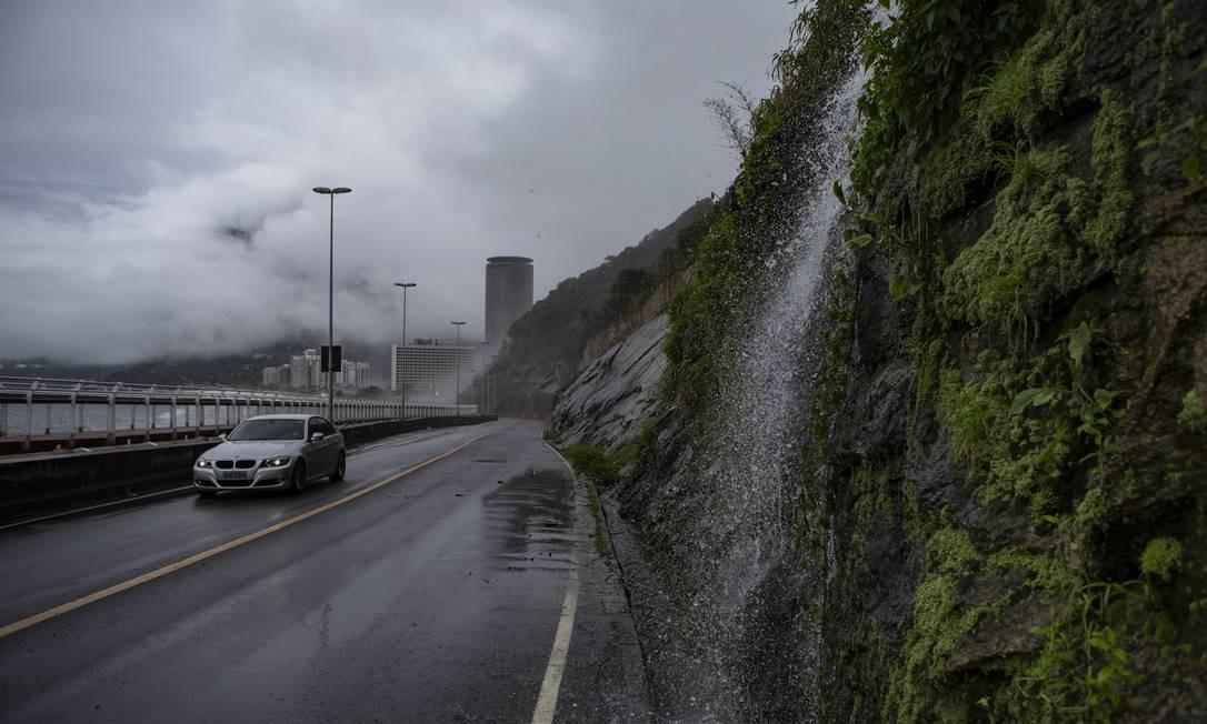 Água da chuva na Avenida Niemeyer, que continua fechada por determinação da Justiça Foto: Alexandre Cassiano / Agência O Globo
