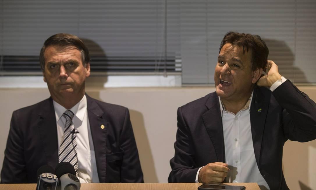 Bolsonaro e o presidente do Patriota, Adilson Barroso 10/08/2017 Foto: Alexandre Cassiano / Agência O Globo