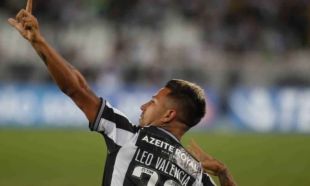 Leo Valencia comemora o terceiro gol do Botafogo Foto: Marcelo Regua / Marcelo Regua