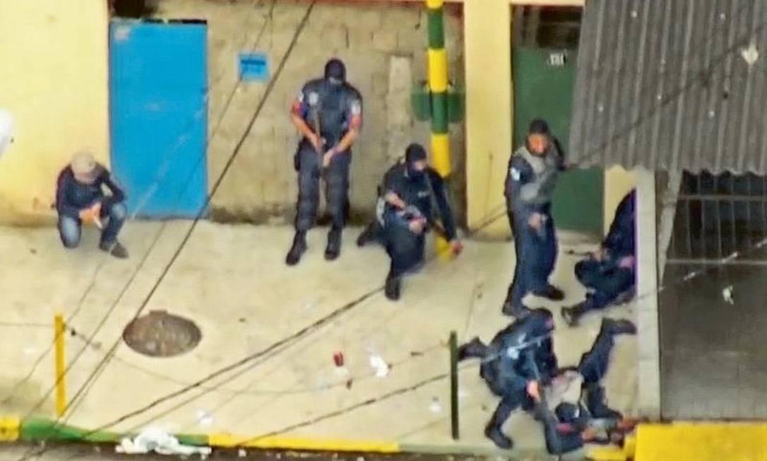 Invasão de milicianos à Favela do Rola, em Santa Cruz, no ano passado: de acordo com relatório, paramilitares se aliaram a uma facção do tráfico para tomar territórios de inimigo em comum Foto: Reprodução / TV Globo