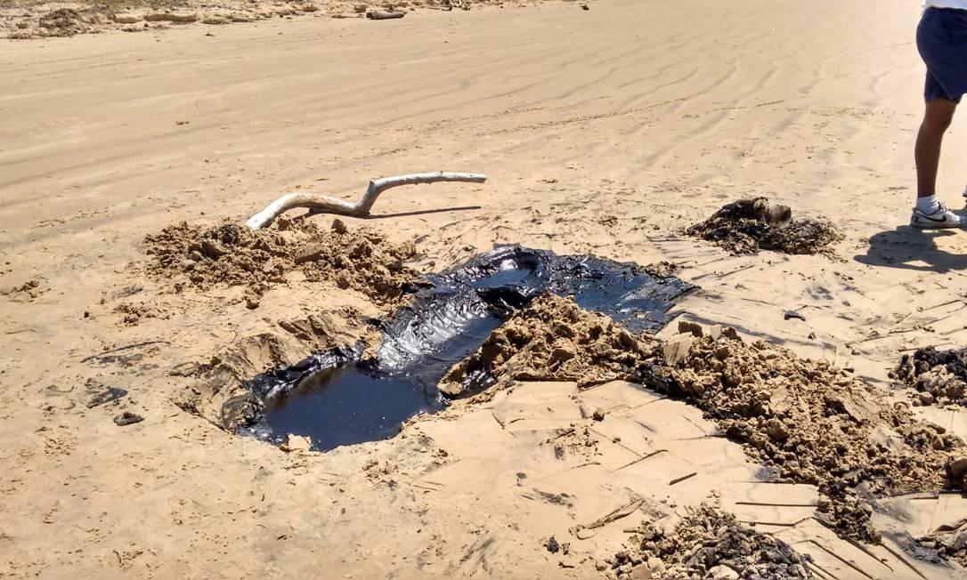 Óleo na areia de Barra dos Coqueiros, em Sergipe Foto: Divulgação / Agência O Globo