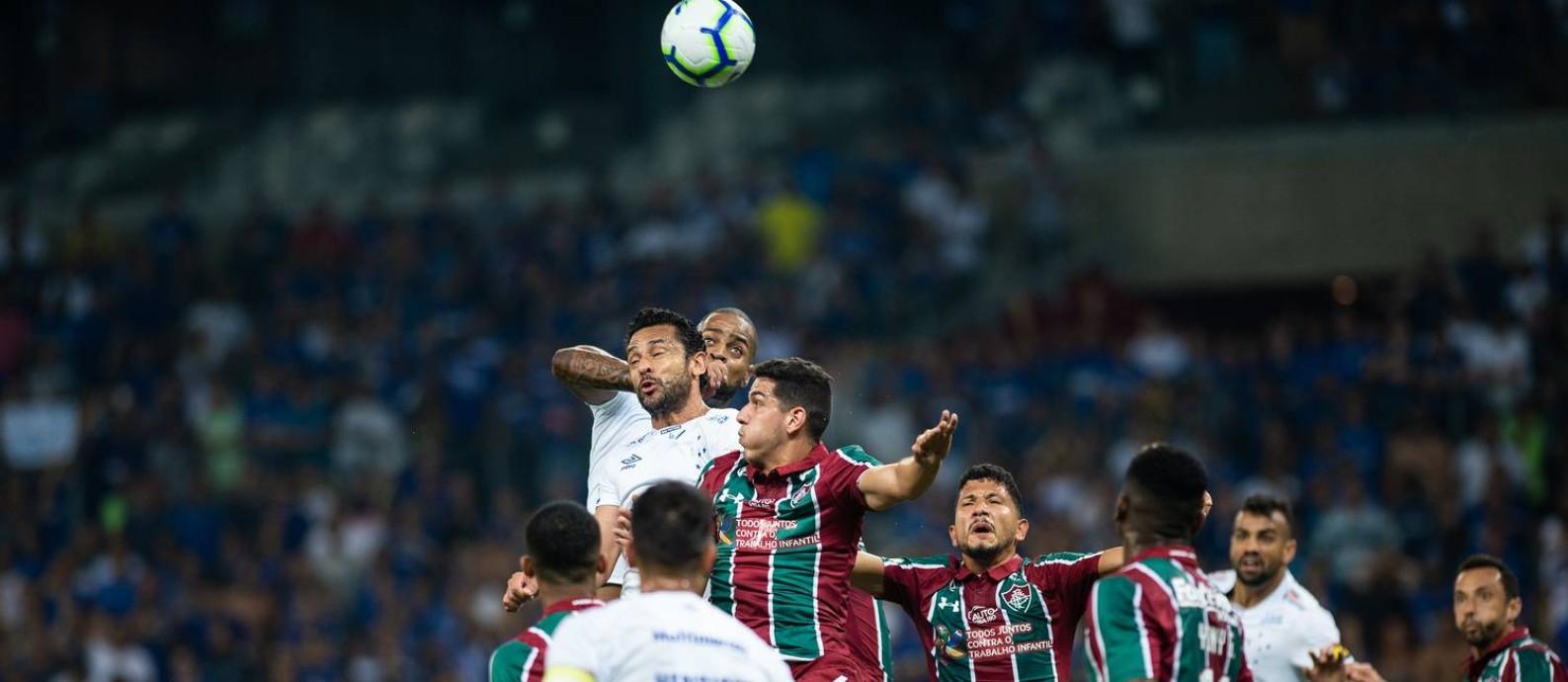 Fred e Dedé disputam a bola na área do Fluminense Foto: Bruno Haddad/Cruzeiro