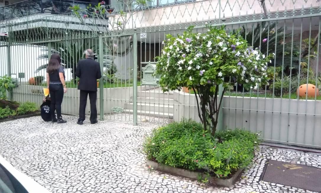 Os agentes no prédio onde mora Gabriel, na Barra da Tijuca Foto: Letícia Gasparini / Agência O Globo