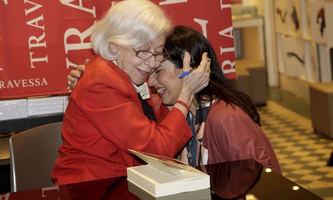 Fernanda Montenegro e a atriz Letícia Agostinho, que veio de Batatais (SP) só para o lançamento Foto: Marcos Ramos / Agência O Globo