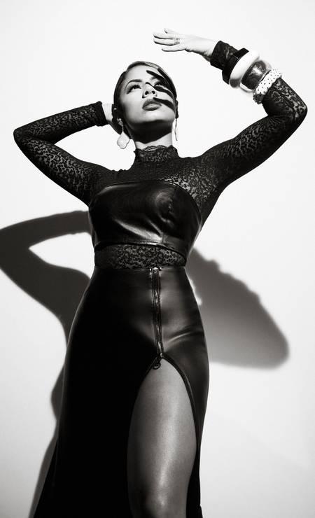 Body Demillus, top FYI, saia e brincos acervo da produção e pulseiras Atelier Dayrell Foto: Pino Gomes