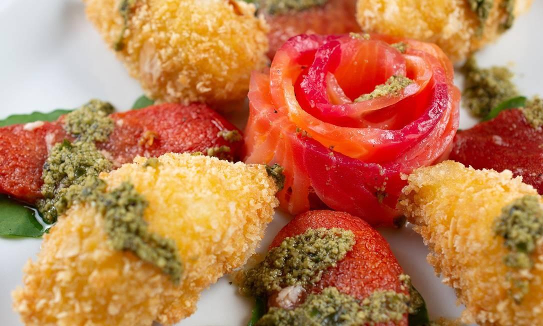 Enog. Gravlax de salmão marinado na beterraba, com burrata e tomate confitado Foto: LipeBorges (lipeborges.com.br) / Divlgação