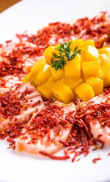Manekineko. Sashimi de salmão maçaricado com azeite trufado e confit de manga e crispy de beterraba Foto: Divulgação