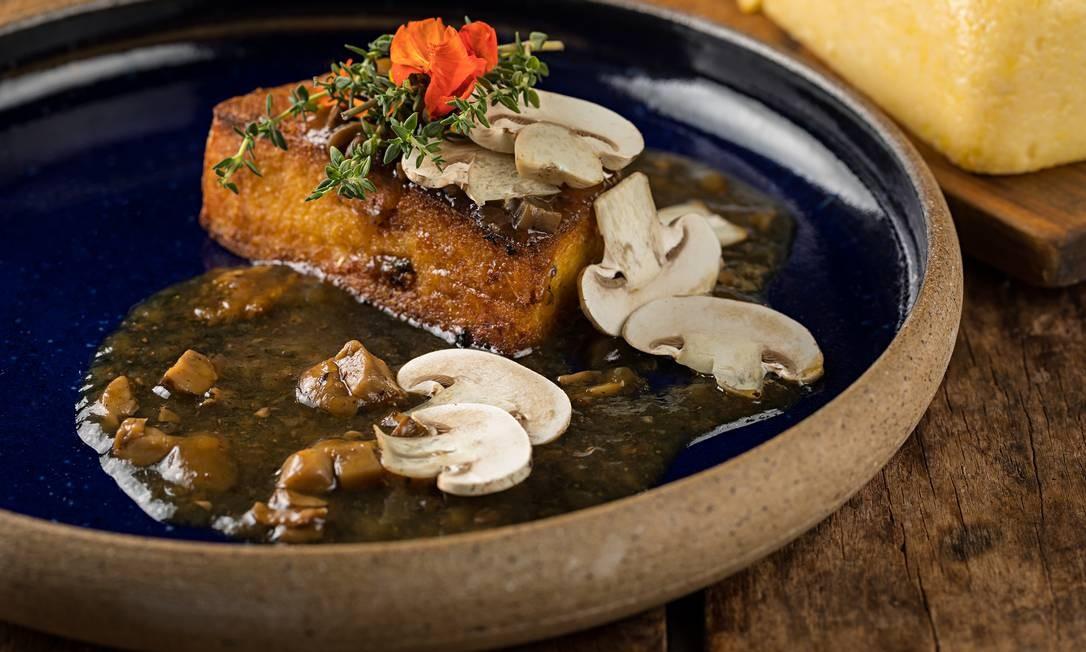 RS - Zuka - polenta grelhada com molho de cogumelos Foto: Rodrigo Azevedo