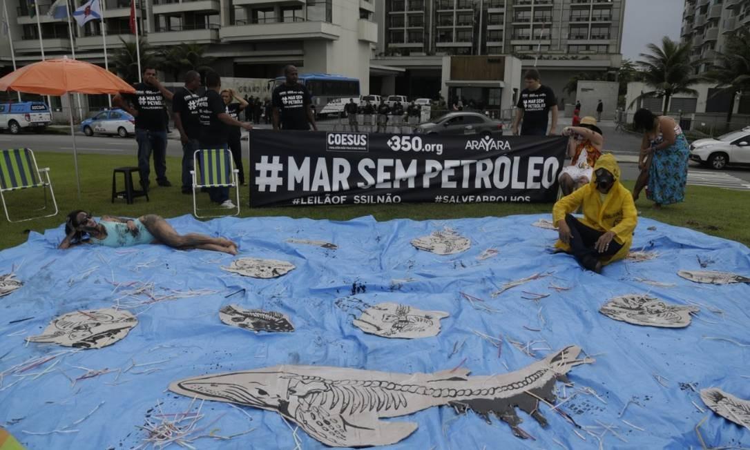 Ativistas fazem protesto contra leilão da ANP, no Rio. O grupo é contra a inclusão no leilão de blocos no entorno do parque marinho de Abrolhos, no litoral da Bahia Foto: Gabriel Paiva - Agência O Globo